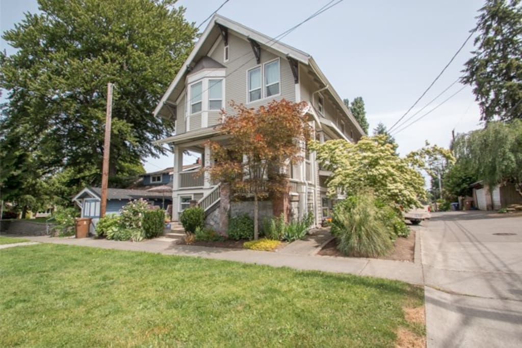 Charming North Tacoma Apartment in Historic home