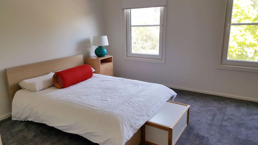 Double room - North Fitzroy, WiFi, 20 secs to tram