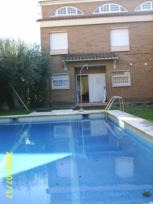 Shared swimming pool in front of the house door La piscina comunitaria