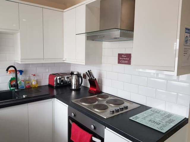 1 bed apart for 5, 1min walk metro
