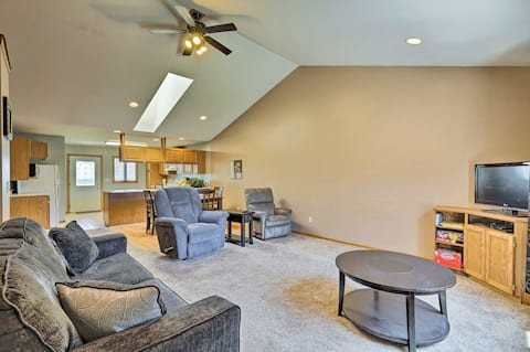 Elwood Townhome w/Patio, 7 Mi to Johnson Lake