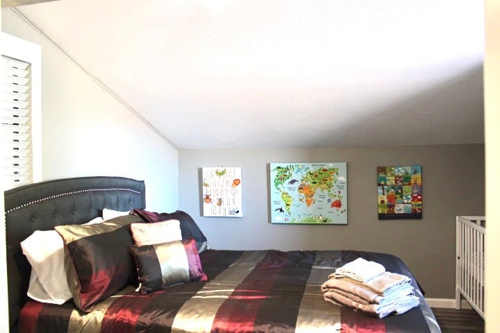 Bedroom 4 queen bed and crib