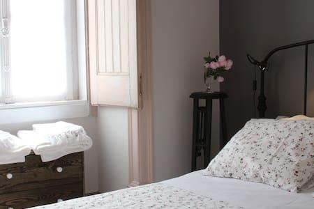 """Casa dos Tios - """"Quarto dos tios"""" - Cadaval - Bed & Breakfast"""