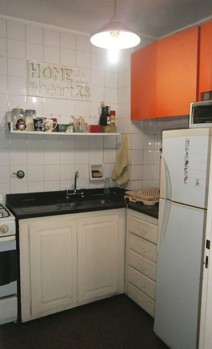Cocina equipada: heladera, horno, horno eléctrico, pava eléctrica