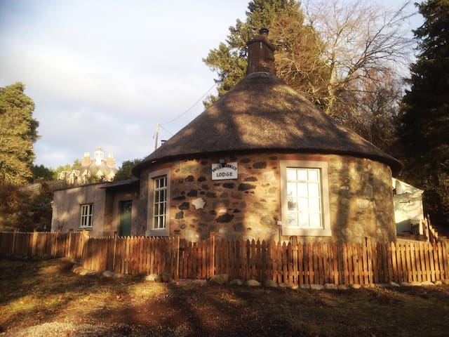 Knockshannoch Lodge, quaint thatched cottage for 4 - Angus