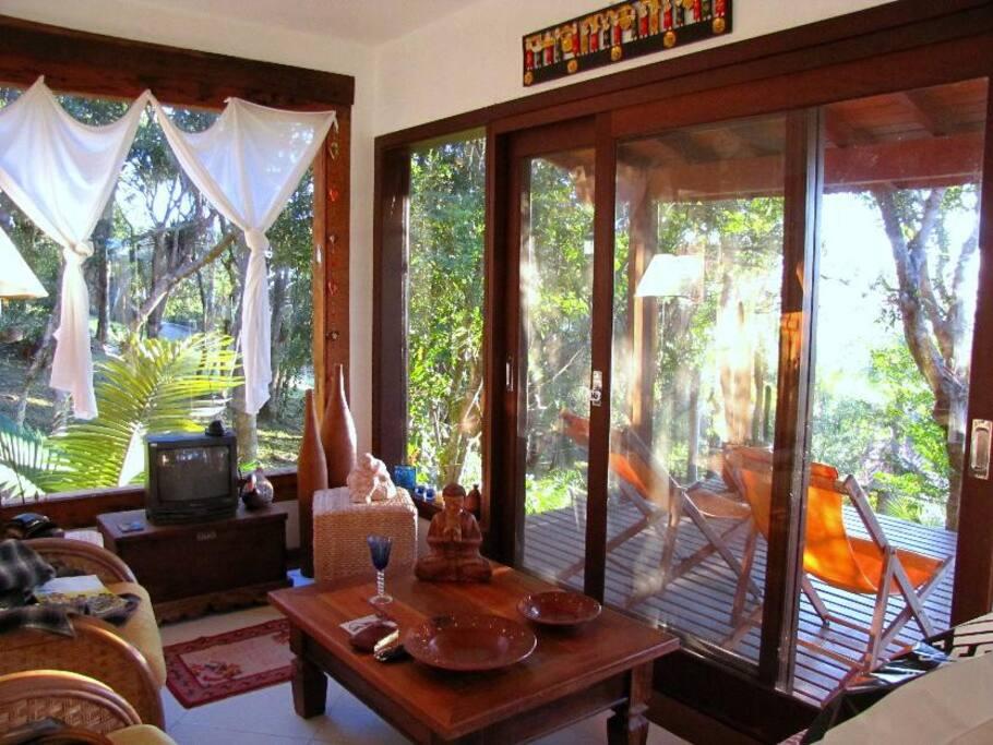 Sala de jantar com vista para varanda