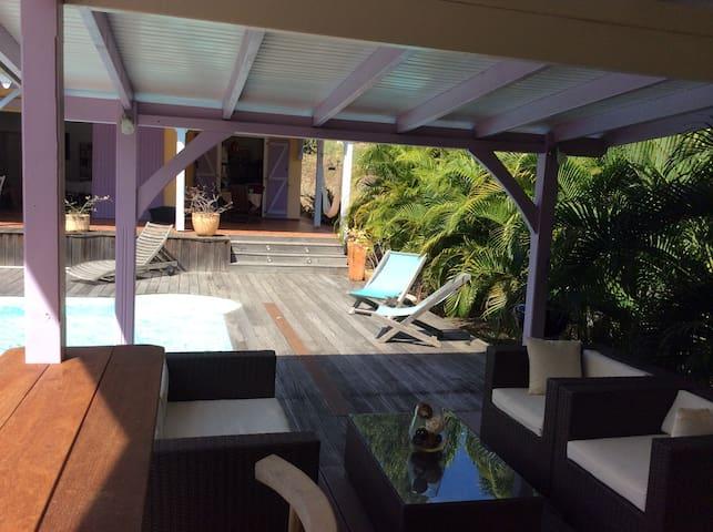 Le petit coin salon couvert avec en perspective notre villa