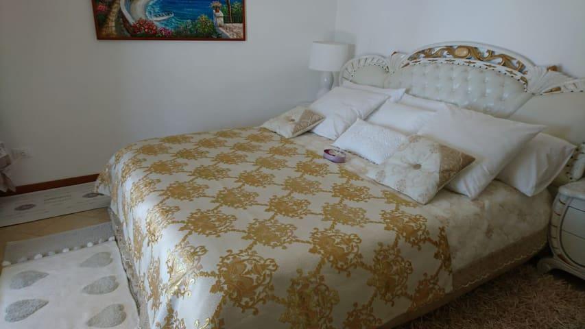 King size bedroom with personal terrace to the sea side // Спальня с двуспальной кроватью с персональным балконом с видом на море.