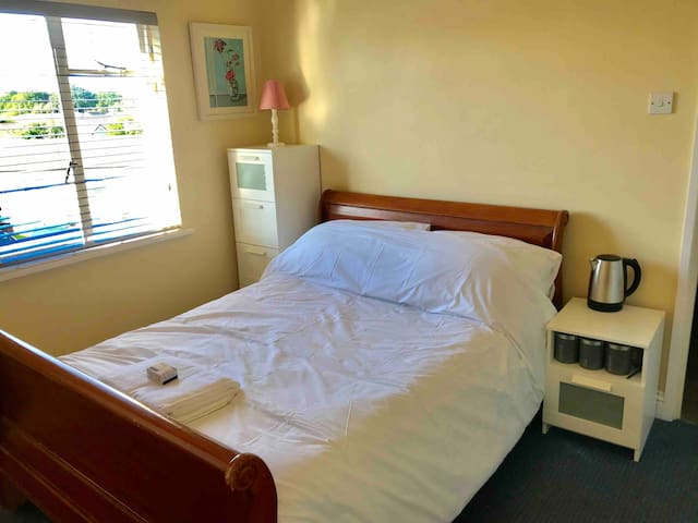 Small Double Room with ensuite (r1)