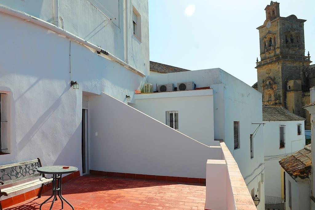 Terraza privada de la habitación con vistas a la Iglesia de San Pedro