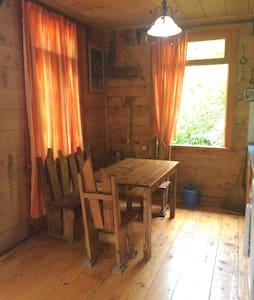 Двухэтажных деревянный домик - Батуми