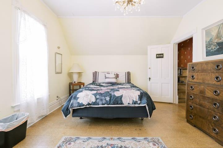 Beautiful Gonzaga Victorian Room #1