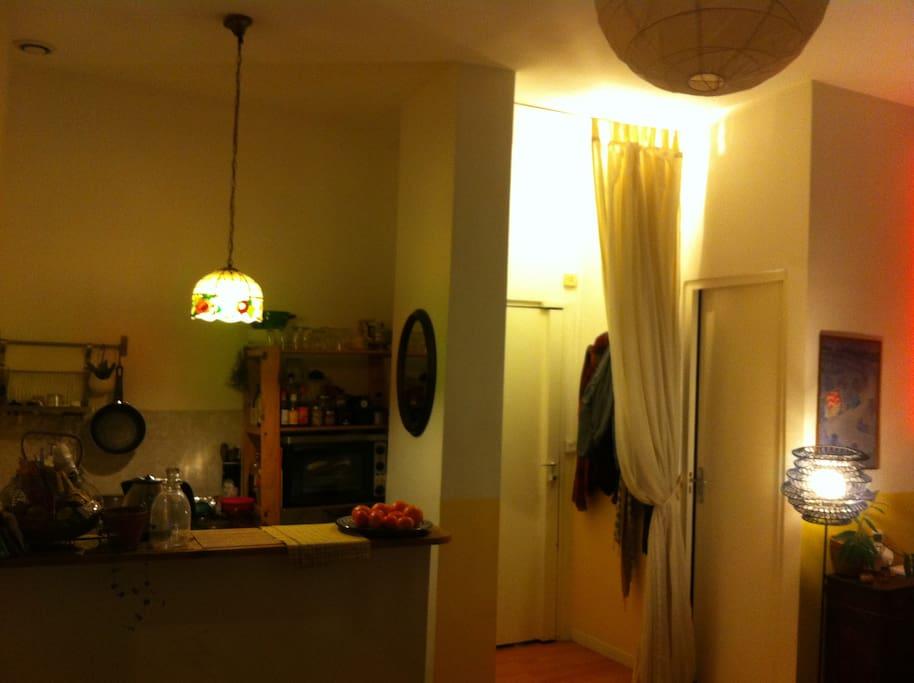 La cuisine et l'entrée dans l'appartement de nuit.
