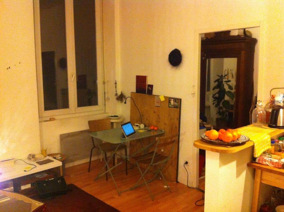 L'espace et table et passage vers l'autre pièce de nuit.