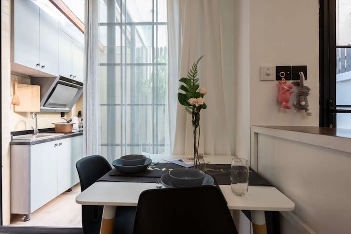 面對陽台的餐桌,讓你伴著陽光享受美食