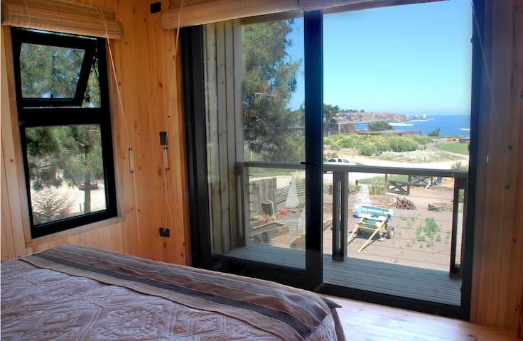 Dormitorio Principal segundo piso, cama Queen y balcón privado. 2nd floor mMaster bedroom with Queen size bed and private balcony.