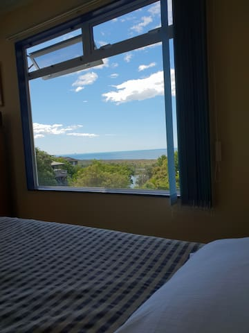 How cool to dream with a view from the bed and listen to the bird