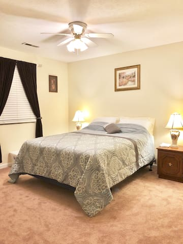Spacious private bedroom & bath minutes from VT