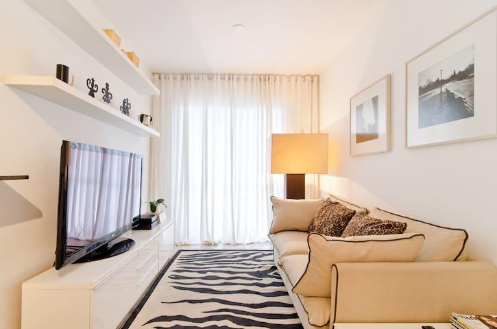 Sofa area, 50'' TV, wifi, tv cabo