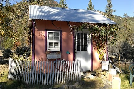 Tiny Studio (10' by 12') 1000 ft from the river on 16 acres of private riverfront land. This is a very simple room with a double bed and operates on solar, propane and batteries. Propane heater. Use of NEW Community Cabana Kitchen