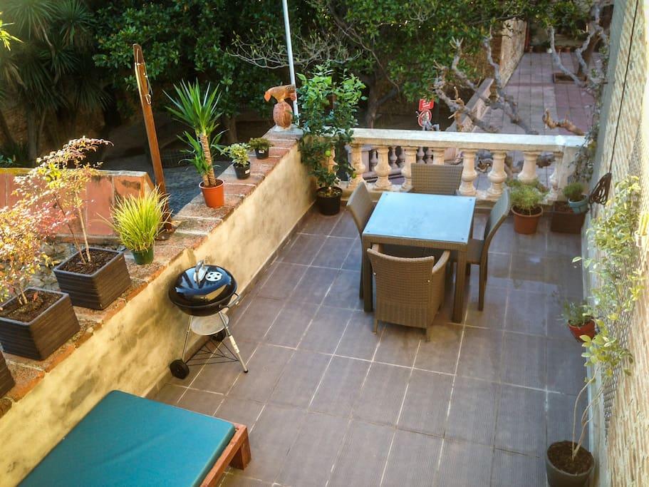 Terrasse entourée de verdure