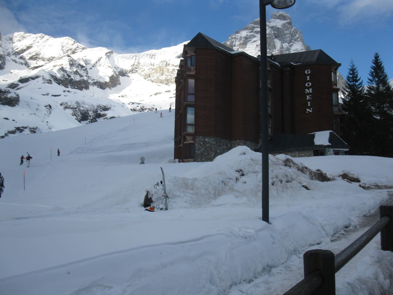 Skiing close the building
