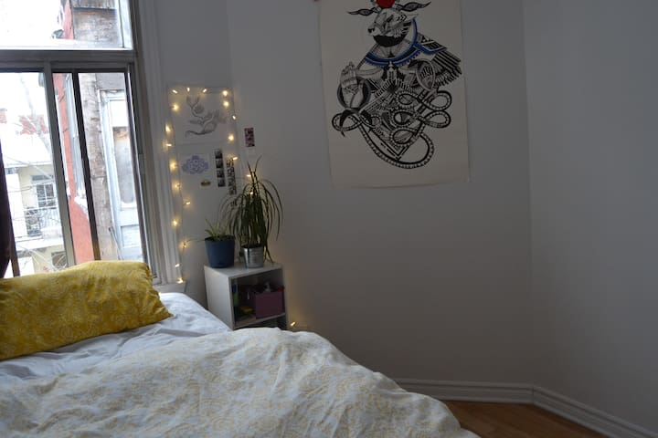 Beautiful Bedroom in the heart of the Plateau - Montreal - Apartamento