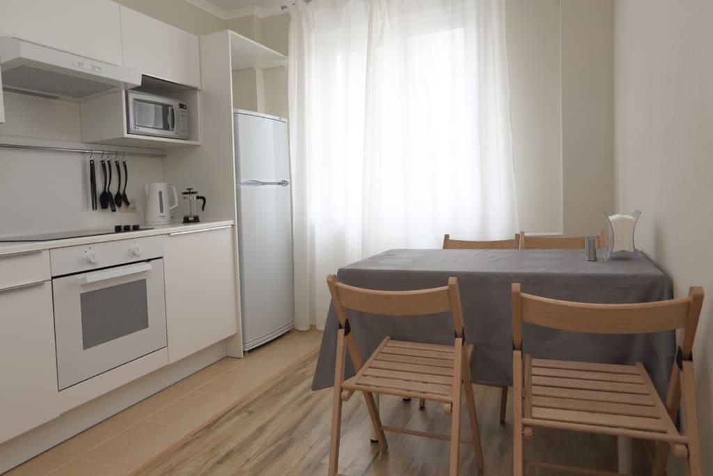 уютная и хорошо оборудованная кухня