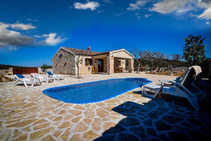 Stone villa with pool, 6+2,  Budak