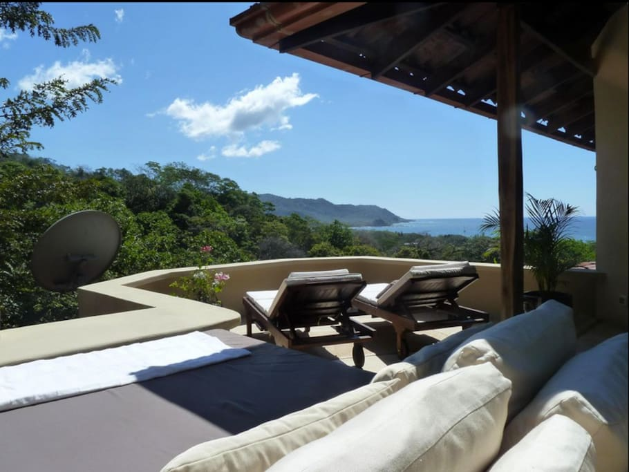 Sundeck with daybed and view of Cabo Blanco ...!M