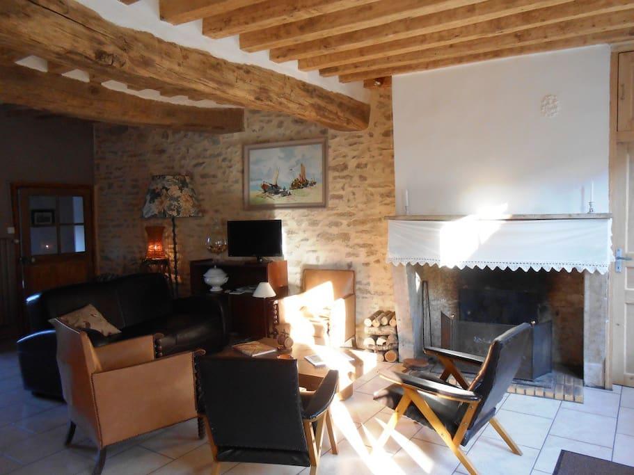 Le coin salon et sa cheminée.