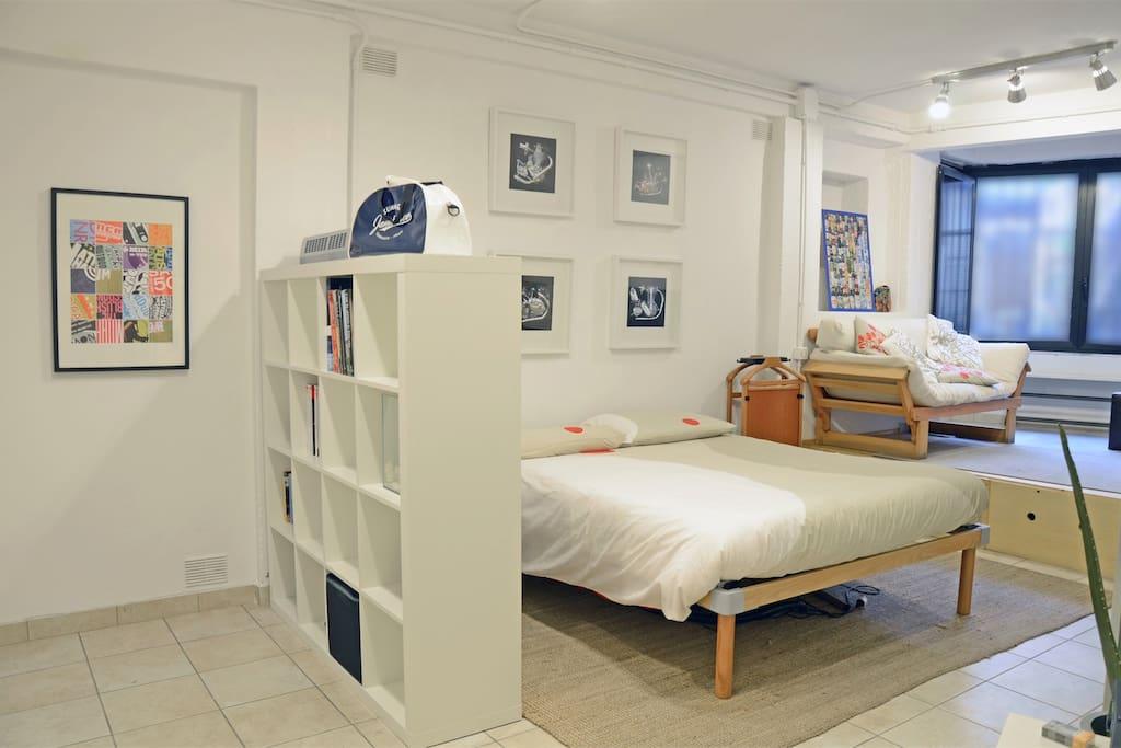 un letto grande per sonni tranquilli al centro della vita notturna..