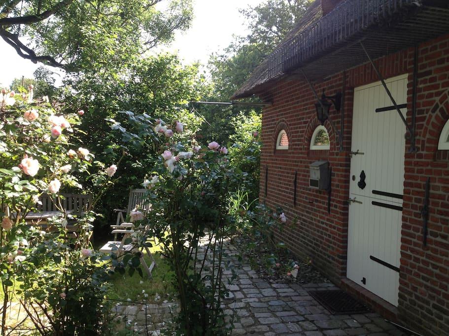 romantisches reetdachhaus f r erholsamen urlaub houses for rent in welt schleswig holstein. Black Bedroom Furniture Sets. Home Design Ideas
