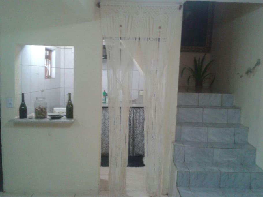 Cozinha e escada para o quarto e banheiro