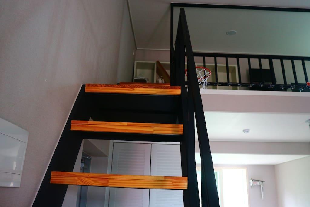 2층으로 올라가는 계단~ 조금 가파르기 때문에 천천히 올라가고 내려오세요~^^