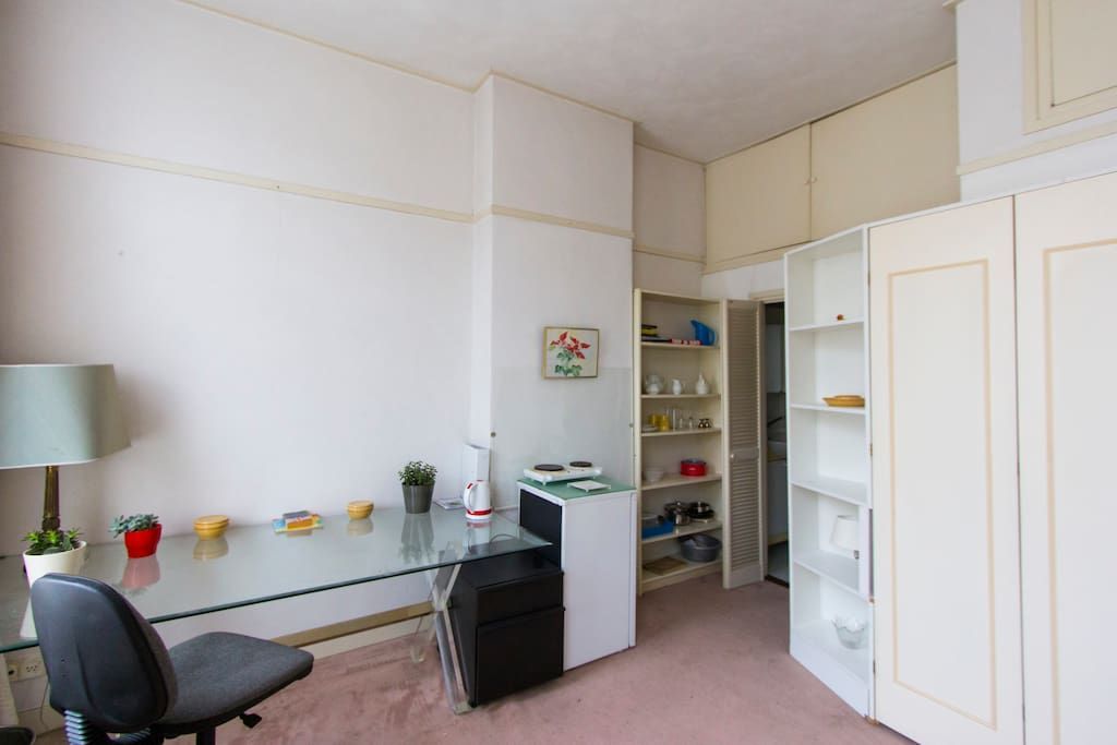 Het bureau en rechts twee klapdeuren naar badkamer..