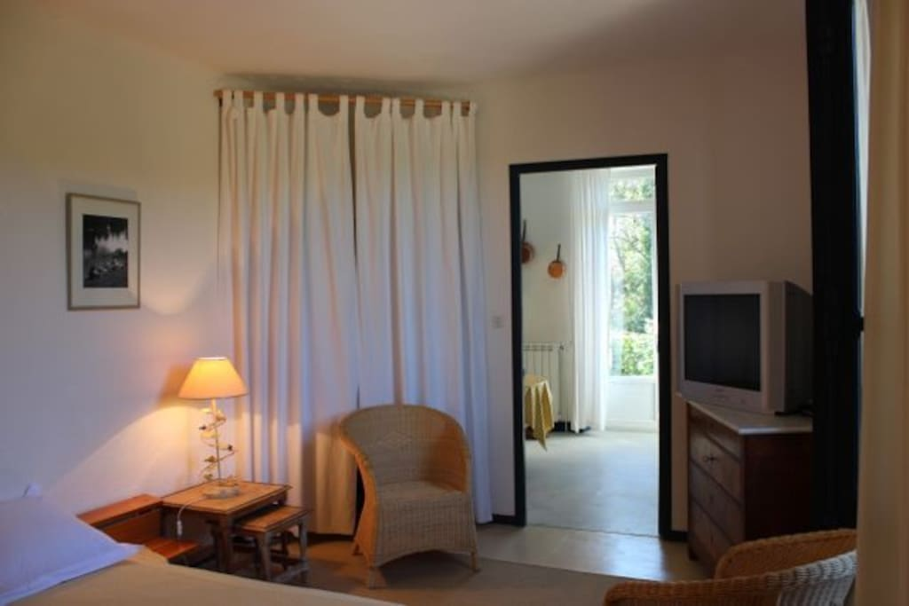 Het appartement bestaat uit een gezellige woonkeuken, een ruime slaapkamer met aangrenzende badkamer.