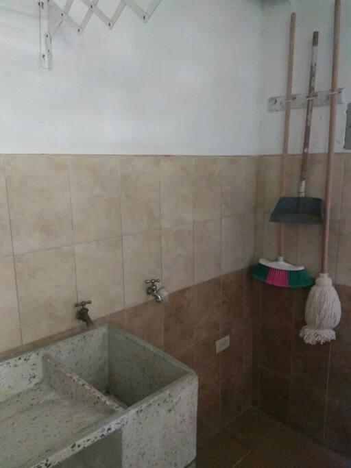 zona humeda,lavadero,colgadero de ropa.