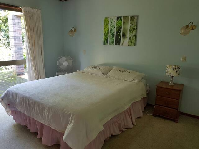 Remuera private double bedroom and single car park