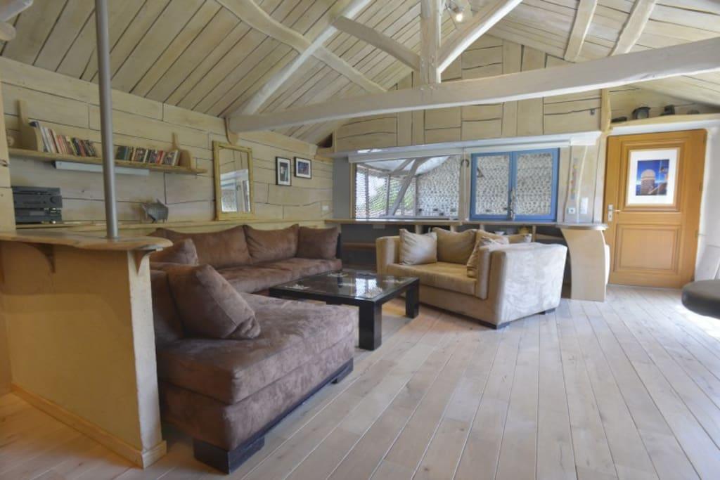 50 m2 sans aucun vis à vis parquet en hêtre massif et structure en bois de châtaigné naturel.