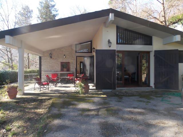 CASA IMMERSA NEL VERDE - Schignano - Huis