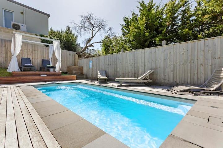 Sorrento Beach House: location & pool