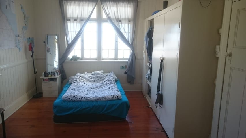 Big room in a friendly share house, great location - West End - House