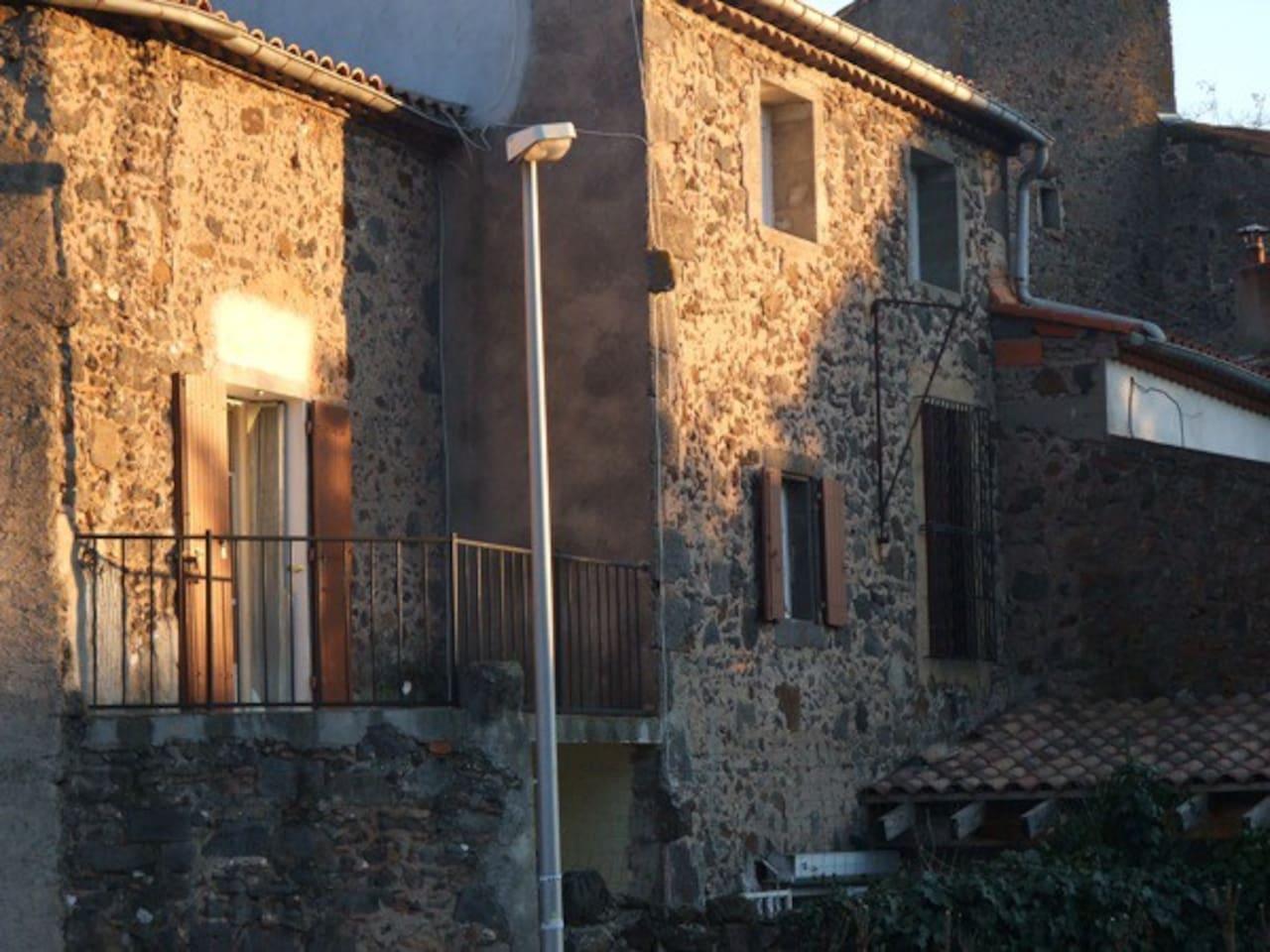 Modern lägenhet i traditionellt hus och balkong i väster