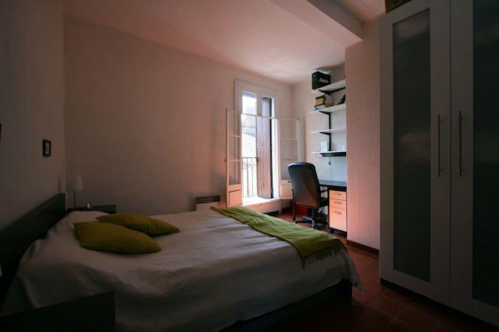 Sovrum 1 med dubbelsäng. 2 skrivbord.