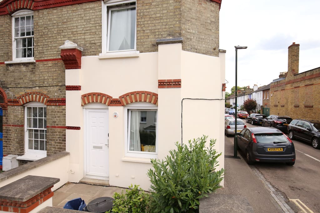 Small front garden outlines the entrance of this particular flat!