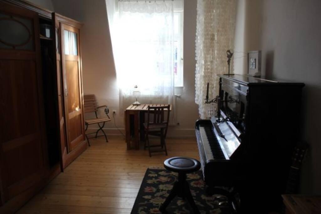 ruhiges zimmer mit klavier wohnungen zur miete in karlsruhe baden w rttemberg deutschland. Black Bedroom Furniture Sets. Home Design Ideas