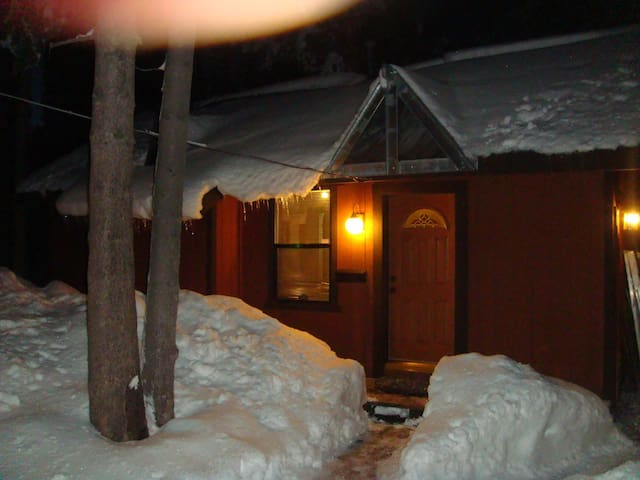 W. Shore Lake Tahoe Guest Cabin - Sleeps 2+2 kids