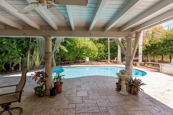 Gorgeous Miami Authentic Retreat. Resort poolside