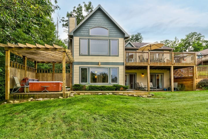 Spacious home on a lake w/ private hot tub & pool table - near the slopes!